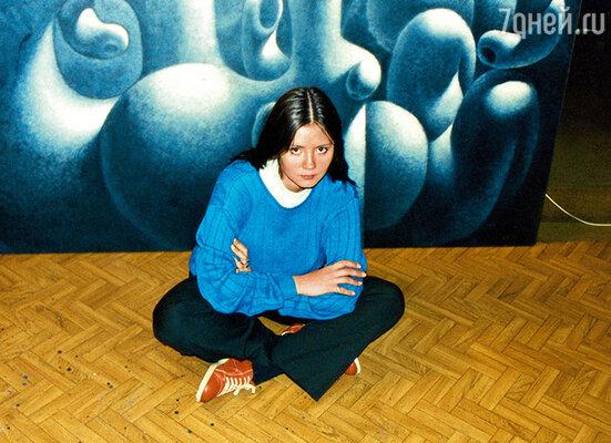 Катя в мастерской отца в Нормандии рядом с одной из его работ