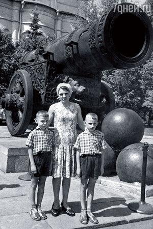 Мама Мария Семеновна с моими братьями Юрой и Женей