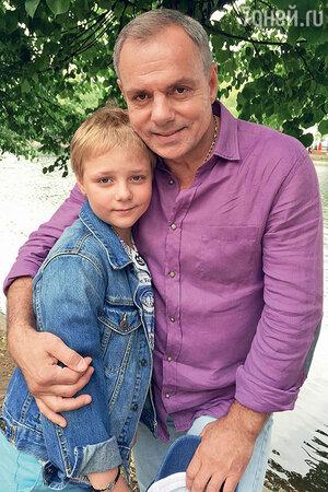 Александр Мохов и его средний сын Макар