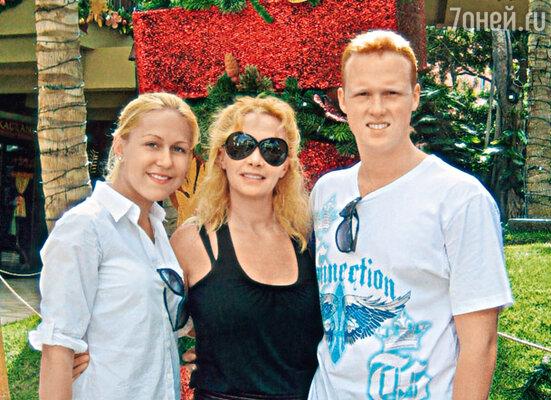 Оксана с сыном Артемом и его любимой девушкой Машей во время отдыха на Гавайях. 2010 г.