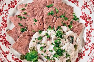 Рецепты от Юлии Высоцкой: телятина под соусом из тунца, крабовое суфле с сыром и вафли с тыквой и кардамоном