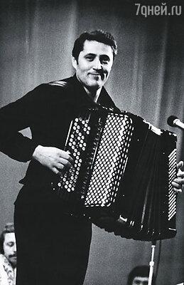Виктор Гридин играл на баяне стоя. А инструмент, между прочим,  весил пятнадцать килограммов!