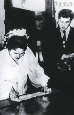 Виктор женился на Людмиле Зыкиной, оставив жену с двумя детьми