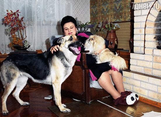 Людмила Георгиевна отдала Вите старый дом на Волге. А рядом отстроила себе новый, большой...