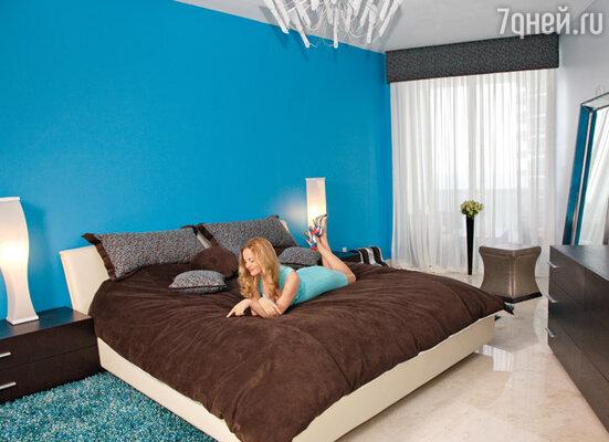 Выкрашенная в голубой цвет спальня по задумке Николаева должна ассоциироваться с океаном