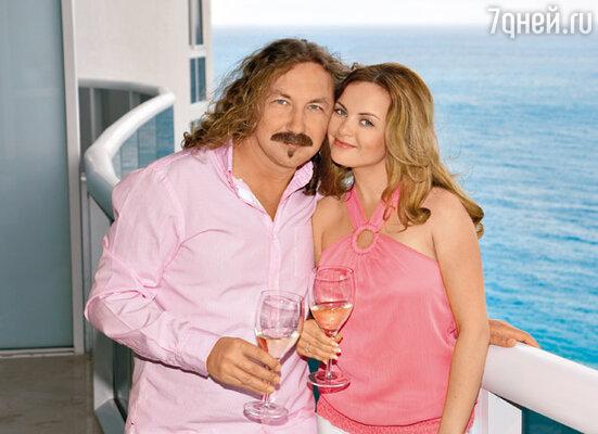 «Мы любим сидеть на балконе обнявшись и смотреть на невероятно красивый закат над океаном. В этот момент ощущаем себя единым целым. И не важно, разговариваем мы или молчим…»