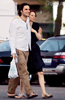 Тильда со своим нынешним бойфрендом Сандро Коппом. И это при живом-то муже! Севилья. Испания. Сентябрь 2008 г.