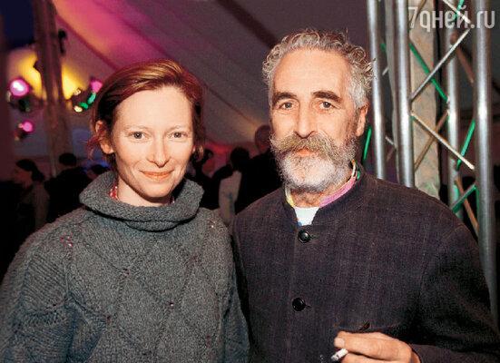 Тильда с мужем — художником Джоном Бирном. Апрель 2004 г.
