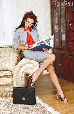 Эвелина умеет комбинировать  вещи: надевает к серому деловому костюму красную блузку с пышным жабо и выглядит суперсекси