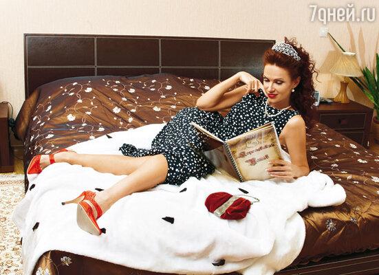 Обувь на каблуках актриса надевает исключительно для видео- и фотокамер: «Мне нравятся шпильки, но ходить в них неудобно. Да и с мужчинами общаться невозможно. Я не маленькая, а на каблуках и вовсе чувствую себя в окружении карликов»