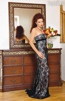 Это вечернее платье совсем недавно купил Эвелине в Нью-Йорке муж. В нем актриса чувствует себя по-царски, достойной статуэтки «Оскара» как минимум