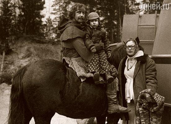Лена с Борей приезжали ко мне на съемки фильма «Ярославна, королева Франции». Сыну здесь три года
