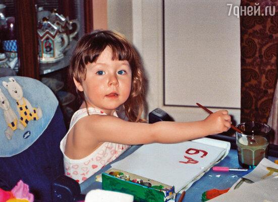 Для Евы родной дом — это  наша квартира на Тверской. Здесь ее любимые игрушки, книжки, краски и бесконечно  любящие бабушка, дедушка и дядя Коля