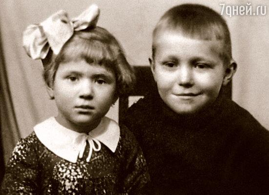 С братом Витей мы виделись редко, его воспитывала папина мама