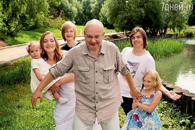 Леонид Бурлаков с женой Анастасией и детьми — Дашей, Максимом, Ильей и Машей