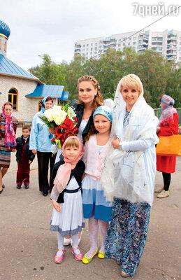 Певица с бывшей солисткой группы «Блестящие» Ириной Лукьяновой и ее дочками Сашей и Аней