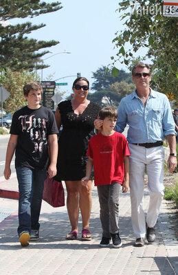 Со второй супругой Кили и сыновьями Диланом и Пэрисом. 2009 г.