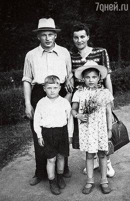 С отцом Дмитрием, матерью Стефанидой истаршей сестрой Леной. 1953 г.
