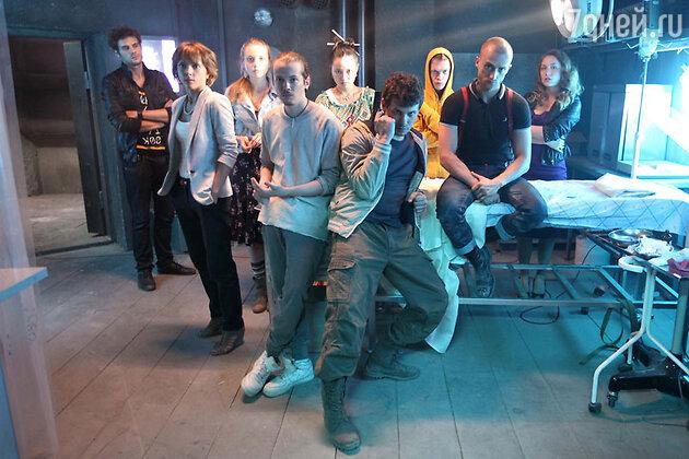 Одиннадцать молодых людей попадают в подземный бункер. Они не знают друг друга, и никто из них не помнит, как там оказался