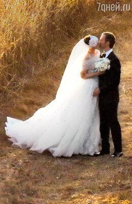 С женихом Адамом Шульманом вовремя свадебной церемонии. 29сентября 2012 г. Биг Сюр, Калифорния