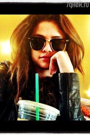 Селена Гомес опубликовала фото из техасского кафе Starbucks, в котором, по словам очевидцев, она была вместе с Джастином Бибером