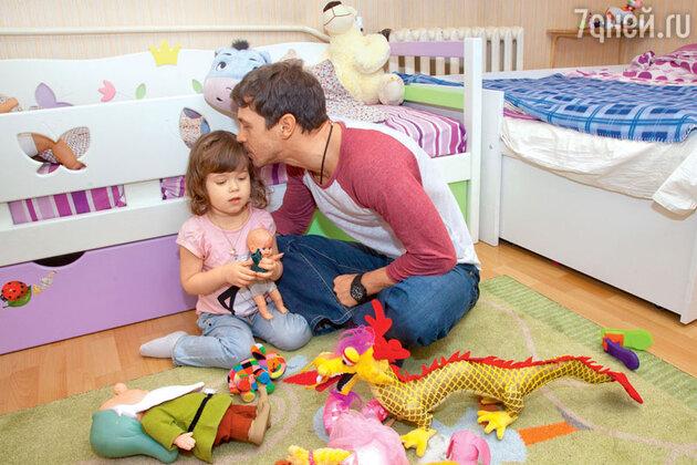 Павел Деревянко с дочерью