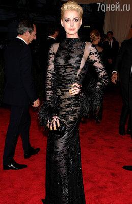 Энн Хэтэуэй в винтажном платье Valentino