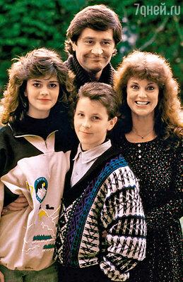 С родителями Дэвидом и Дженни и сестрой Луизой. Лондон, 1988 г.