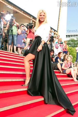 Анастасия Задорожная в наряде от Zalina Verkhovskaya и туфлях от Jimmy Choo