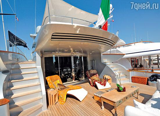 Кавалли гордится тем, что он итальянец, и над его яхтой непременно развевается национальный триколор