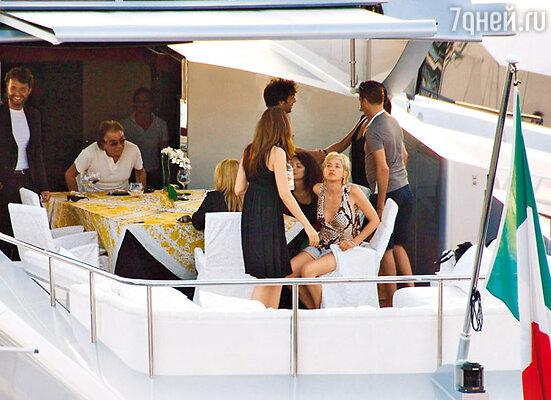 На яхте часто гостят знаменитости. Кавалли принимал здесь и Шарон Стоун