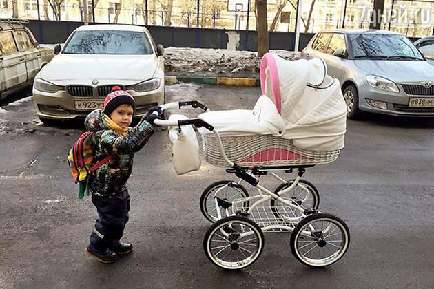 Сын Прилучных Тимофей гуляет с сестренкой