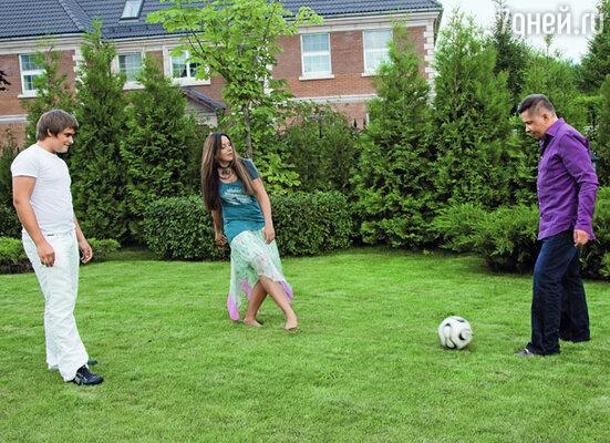 Футбол — мой конек! Я еще в школе женскую команду по этому виду спорта организовала. С сыном и мужем