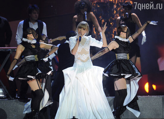 Тейлор Свифт исполнила несколько песен