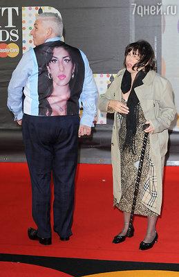 Отец Эми Уайнхаус с портретом дочери на спине