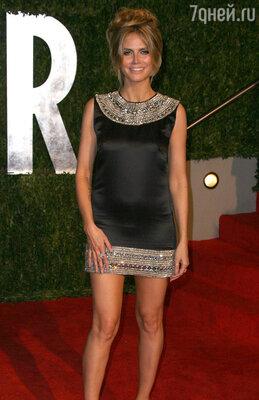 Год 2010-й прошел для модели в стиле мини — на ней было короткое черное платье, по верху и низу украшенное вставками из кристаллов