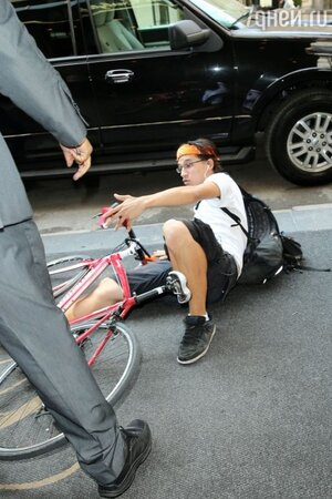 Велосипедист, наехавший на Кидман
