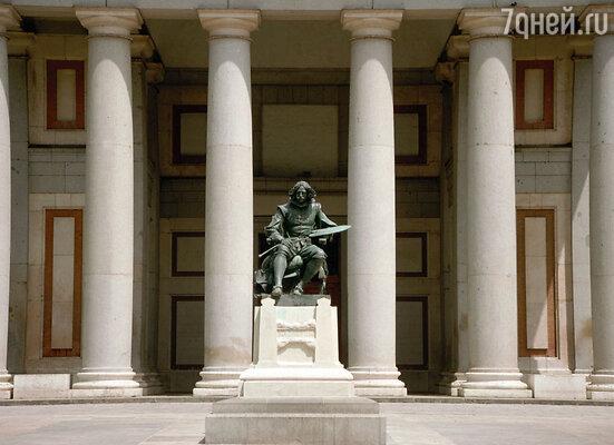 Памятник великому художнику у Музея Прадо, который обладает самым богатым собранием картин Диего Веласкеса