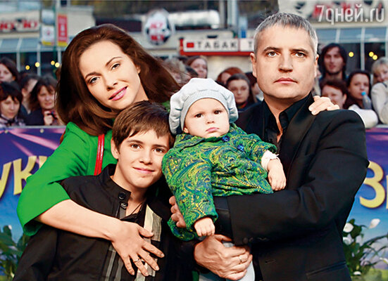 Пока рос старший сын Алексей, случалось, попадала в истории, действительно не очень типичные для матери семейства. После рождения Анечки судьба пока не предлагала искушений