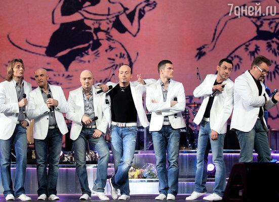 Пока дамы ломают головы над подарками и поздравлениями, самый мужской коллектив нашей страны «Хор Турецкого» готовит к этому дню новую праздничную программу со специальными «Мужскими песнями»
