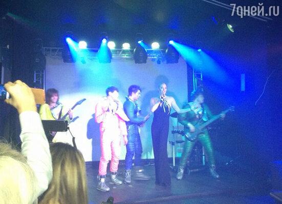 Масла в огонь подлила и новоиспеченная певица Анастасия Волочкова, исполнившая песню «Дым»