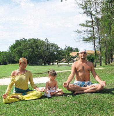 Анастасия с дочерью Аришей и бывшим мужем Игорем
