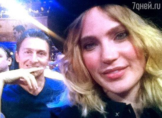 Певица Глюк'oZa, которая была на съемках вместе со своим мужем Александром Чистяковым. Ранее она опубликовала фото, подписав его: «Это мы с @chistrus на «Камеди Клаб») Как всегда, море слез от смеха»