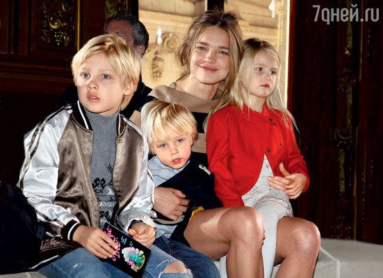 Наталья вместе с детьми Лукасом, Невой и маленьким Виктором недавно переехала из загородного дома в Англии в парижскую квартиру. Май 2012 г.