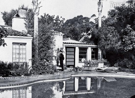 Гасиенда в Брентвуде, где скончалась Мэрилин Монро, — уменьшенная копия поместья доктора Ральфа Гринсона. Незадолго до смерти она собиралась ее продать