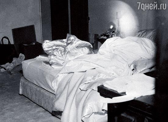 Постель, на которой, согласно официальной версии, скончалась Мэрилин Монро. Ее нашли лежащей на животе поперек кровати. Рядом, на полу, валялась телефонная трубка