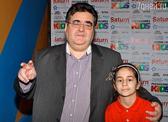 Посетил праздник и депутат госдумы Алексей Митрофанов со своей восьмилетней дочкой Зоей