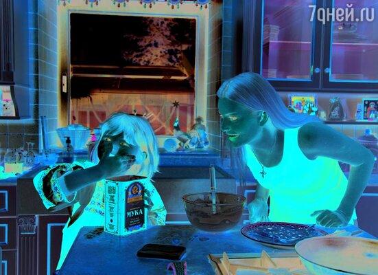 Пока Алексей устанавливал во дворе чучело Масленицы, Анна с 8-летней дочкой Ксюшей готовили традиционное масленичное угощенье — блины
