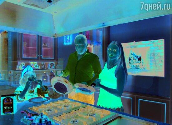 Когда глава семейства вошел в дом, на кухне клубились облака из муки, а Ксюша энергично размешивала тесто