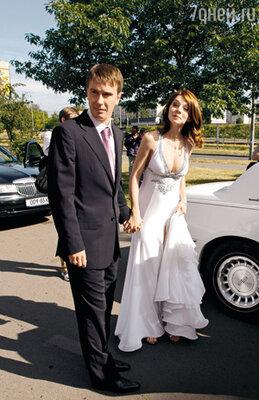 «Первое неприятное чувство кольнуло меня, когда за два дня до свадьбы Валик принес мне брачный контракт. Мы так не договаривались, а моя подруга даже сказала: «Если любят, так не поступают»